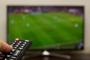 Assistindo futebol em uma smart tv com ginga-c